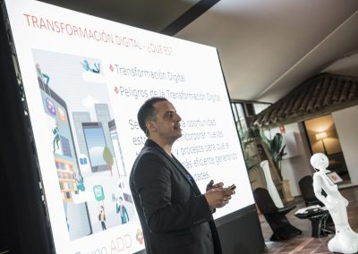 Roberto Menendez y Robot Pepper - Liderazgo Digital - Habilidades Digitales - Grupo ADD - ADD Digital - Artificial Expo